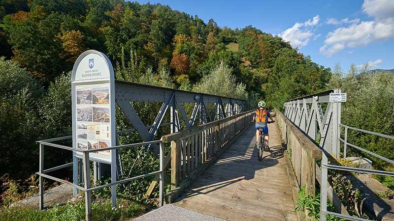Štrekna - Leta 2005 obnovljen železniški most v Slovenj Gradcu, preko katerega teče kolesarska pot Štrekna.