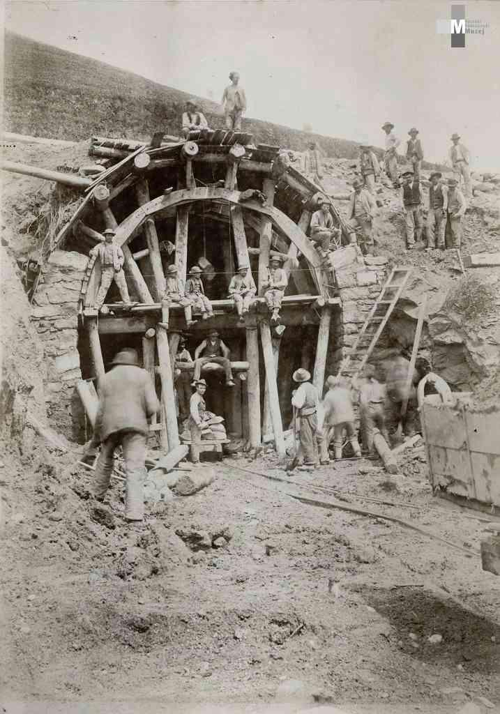 Štrekna - Gradnja vhodnega portala predora Mislinja, ki je dolg 152 metrov.