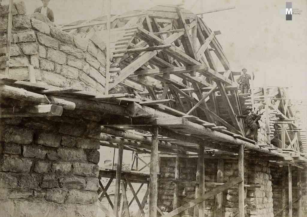 Štrekna - Gradnja kamnitih lokov s pomočjo lesene oporne konstrukcije.