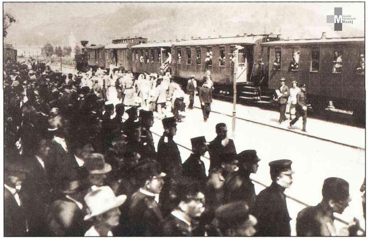 Štrekna - Vrvež na železniški postaji Slovenj Gradec v tridesetih letih.