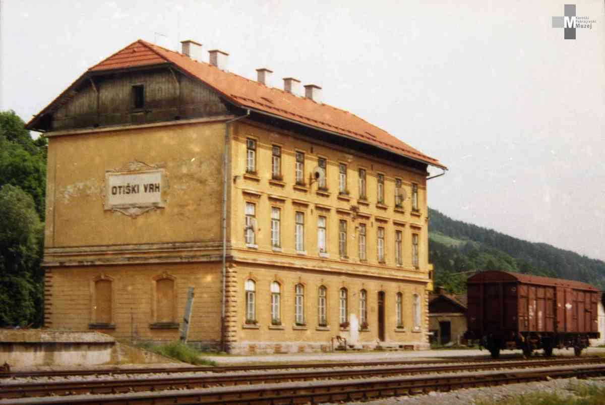 Štrekna - Postajno poslopje v Otiškem Vrhu je največje poslopje na progi Velenje - Dravograd. Danes so v njem urejena stanovanja.