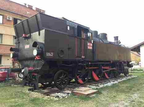 Štrekna - Na železniški postaji Dravograd si lahko ogledate muzejsko lokomotivo JŽ 18-005 iz leta 1927. Serija je bila konstruirana leta 1913 za Južne železnice. Dosegala je hitrost 90 km/h.