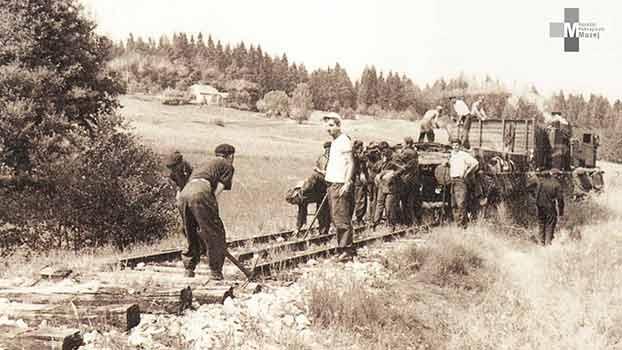 Štrekna - Delavci ŽTP Maribor so julija 1970 začeli na progi Velenje - Dravograd odstranjevati tire.